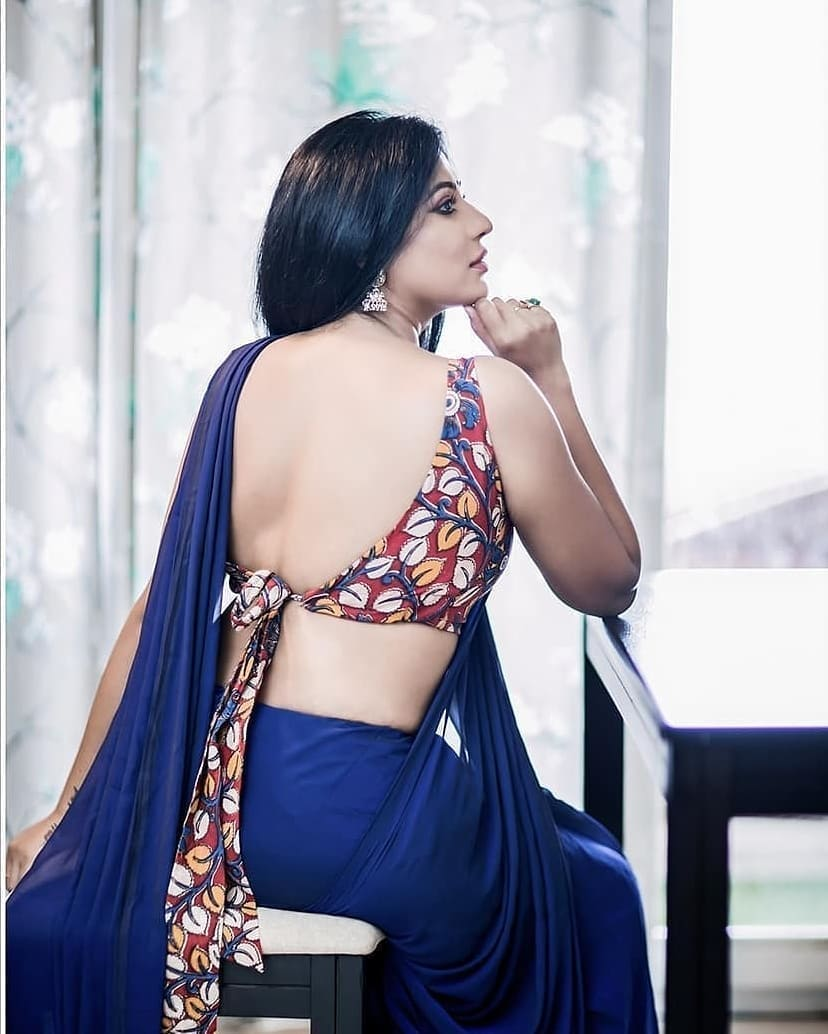 Desi Girl in Saree Showing Sexy Back
